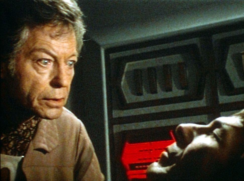 Endlich wurde der Leichnam von Mr. Spock (Leonard Nimoy, r.) von den Besatzungsmitgliedern der Enterprise gefunden. Sein Geist hat sich in dem reich... - Bildquelle: Paramount Pictures