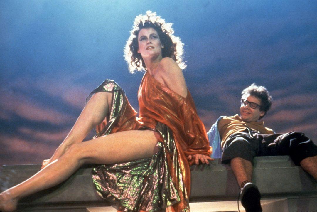 Das Böse nimmt von der hübschen Musikerin Dana Barrett (Sigourney Weaver, l.) und ihrem schrulligen Nachbarn Louis Tully (Rick Moranis, r.) Besitz... - Bildquelle: Columbia Pictures