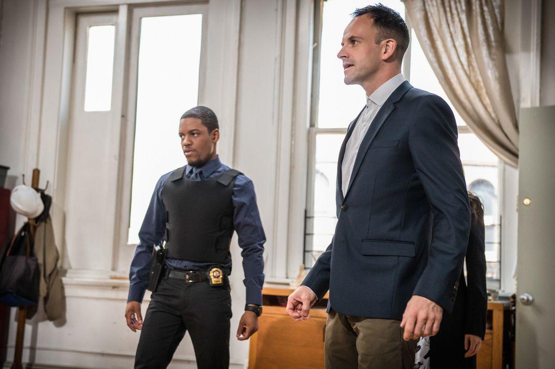 Ermitteln in einem neuen Fall: Holmes (Jonny Lee Miller, r.) und Detective Bell (Jon Michael Hill, l.) ... - Bildquelle: CBS Television