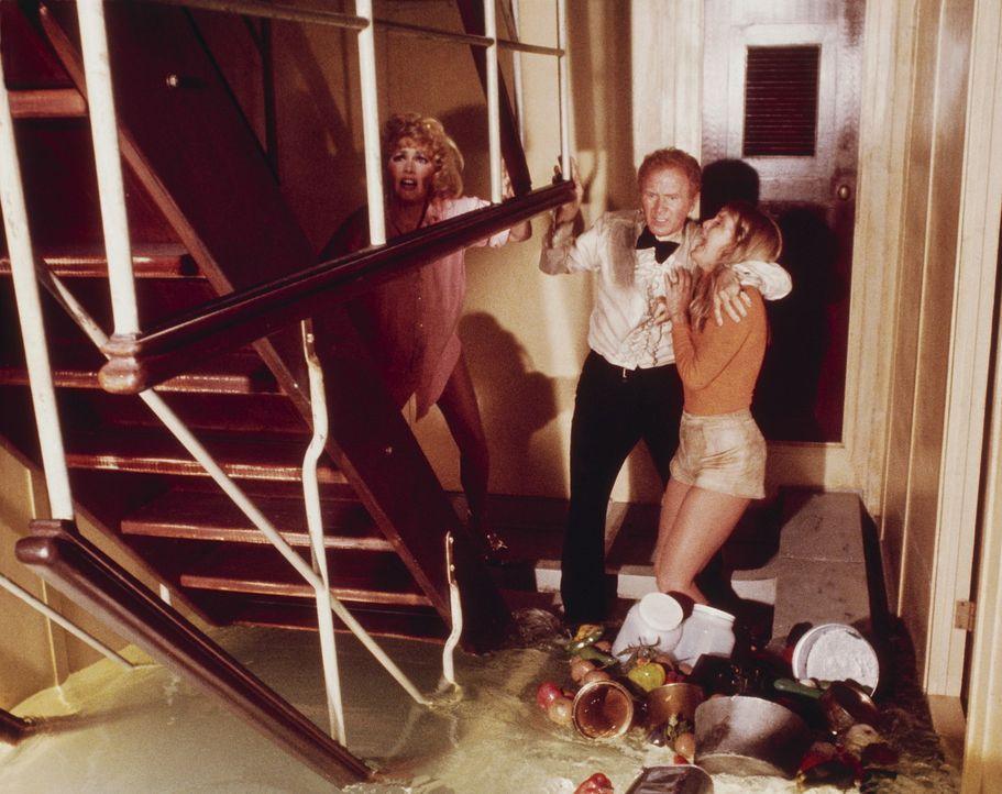 Verzweifelt versuchen Nonnie Parry (Carol Lynley, l.), James Martin (Red Buttons, M.) und Linda Rogo (Stella Stevens, r.) dem Ertrinken zu entkommen... - Bildquelle: Twentieth Century Fox