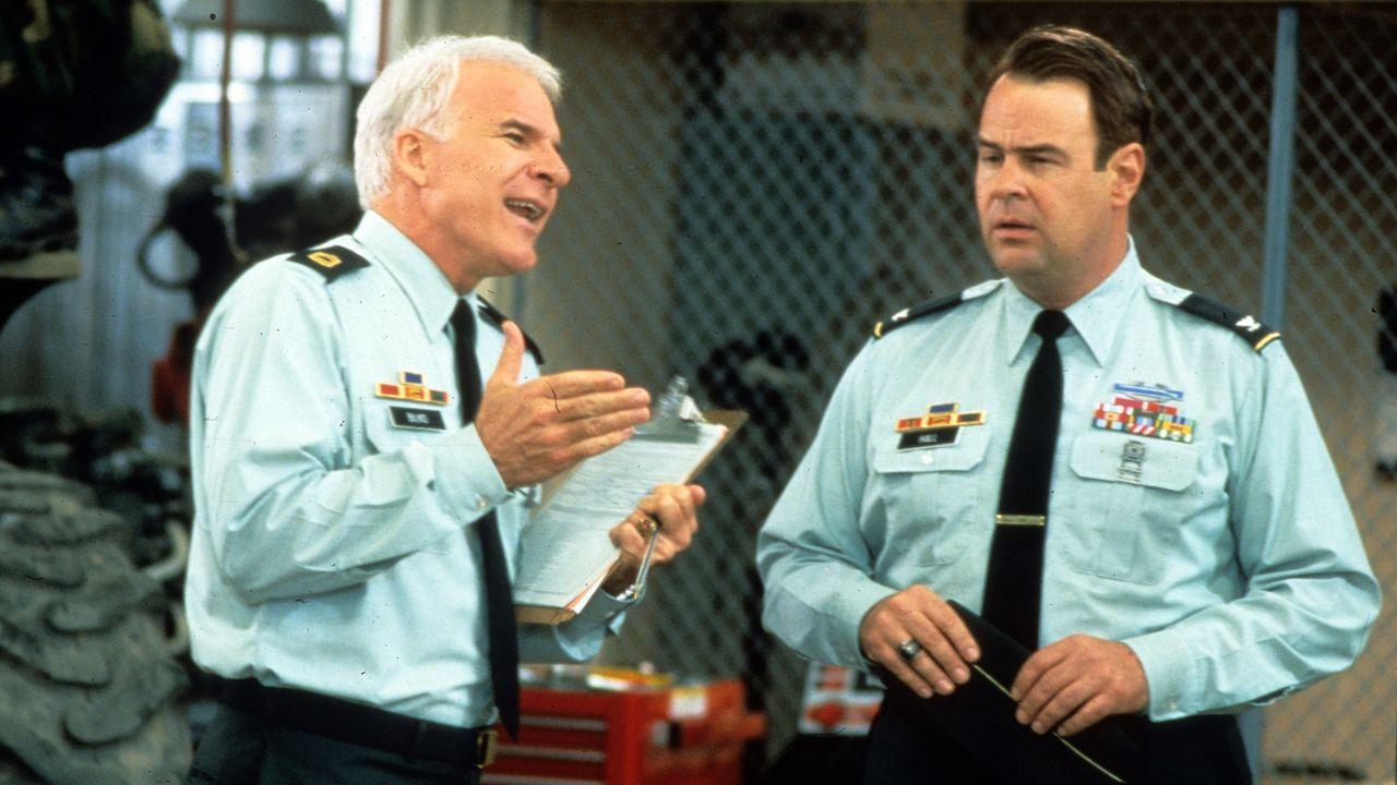 Colonel Hall (Dan Aykroyd, r.), der Kommandeur des Stützpunktes, lässt Sergeant Bilko (Steve Martin, l.) weitgehend freie Hand - so auch bei der Aus... - Bildquelle: 1996 Universal City Studios Inc. All rights reserved.