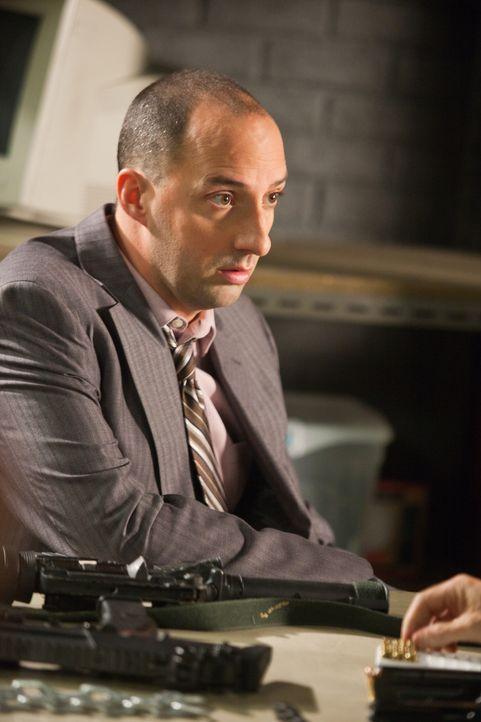 Vom Jäger zum Gejagten: Privatdetektiv Harry (Tony Hale) ... - Bildquelle: 2011  Warner Bros.