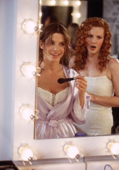 """""""Miss Texas"""" (Deirdre Quinn, r.) ahnt nichts von der eigentlichen Identität ihrer Mitstreiterin """"Miss New Jersey"""" (Sandra Bullock, l.) ... - Bildquelle: 2000. Warner Brothers International Television Distribution Inc."""