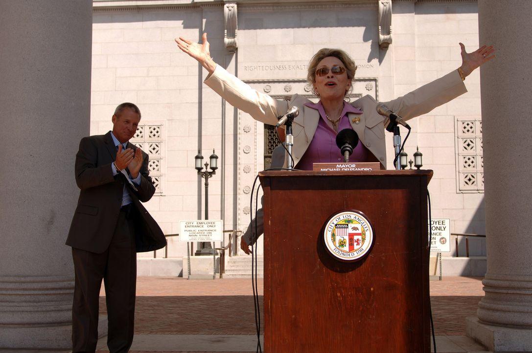 Noch glauben die Gouverneurin von Kalifornien, Mrs. Shaefer (Faye Dunaway, r.), und Friedlander (Bruce Boxleitner, l.), dass das neue Virus schon ba... - Bildquelle: 2006 RHI Entertainment Distribution, LLC