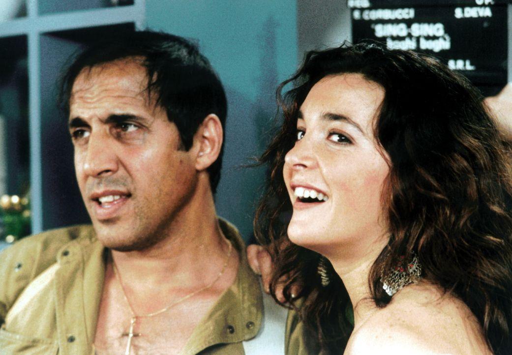 Als Kriminalinspektor Boghi (Adriano Celentano, l.) ist der er sehr erfolgreich in seiner Traumwelt - und kann sogar die hübsche Schauspielerin Lind...