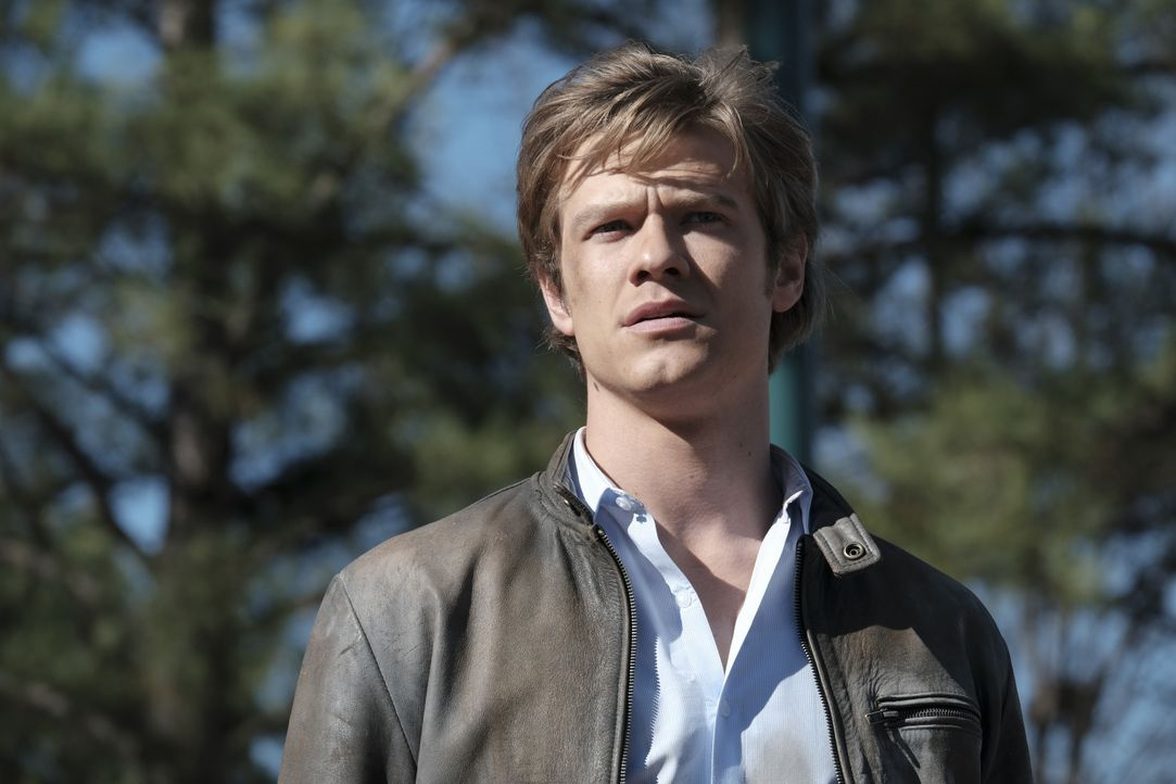 Muss sich und sein Team aus einer äußert schwierigen Lage retten: Angus MacGyver (Lucas Till) ... - Bildquelle: Guy D'Alema 2017 CBS Broadcasting, Inc. All Rights Reserved / Guy D'Alema