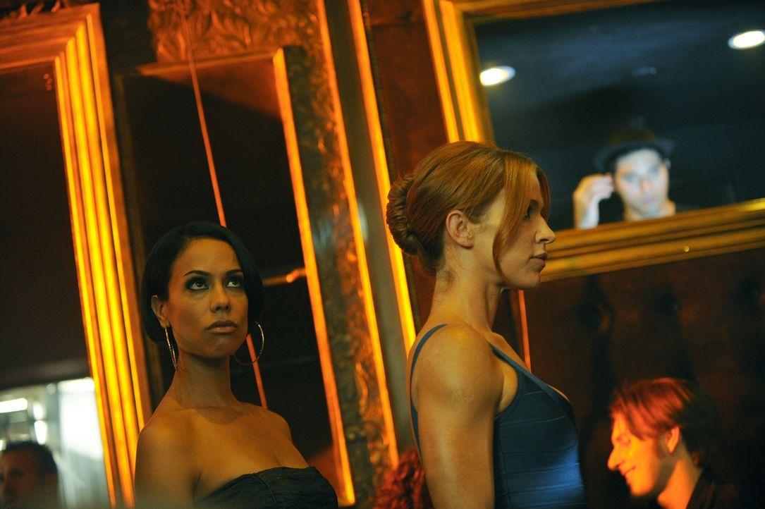 Ein It-Girl wird vermisst. Carrie (Poppy Montgomery, r.) und Nina (Daya Vaidya, l.) begeben sich auf Spurensuche ... - Bildquelle: 2011 CBS Broadcasting Inc. All Rights Reserved.