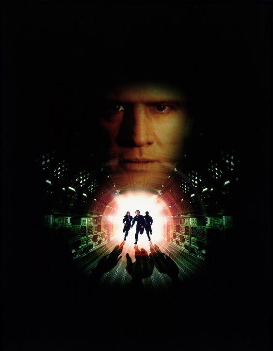 """Sieben Jahre, nachdem er aus dem Supergefängnis """"Fortress"""" ausbrechen konnte, wird Brennick (Christopher Lambert, hinten) wieder gefasst. Sein neue... - Bildquelle: Sony Pictures Television International. All Rights Reserved."""