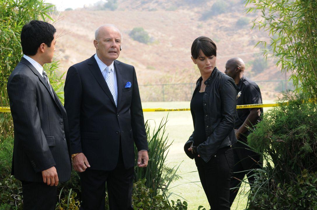 Bei den Ermittlungen eines neuen Mordfalls stoßen Patrick, Kimbal (Tim Kang, l.) und Teresa (Robin Tunney, 2.v.r.) auf Freddy Fitch (Jude Ciccolella... - Bildquelle: Warner Bros. Television