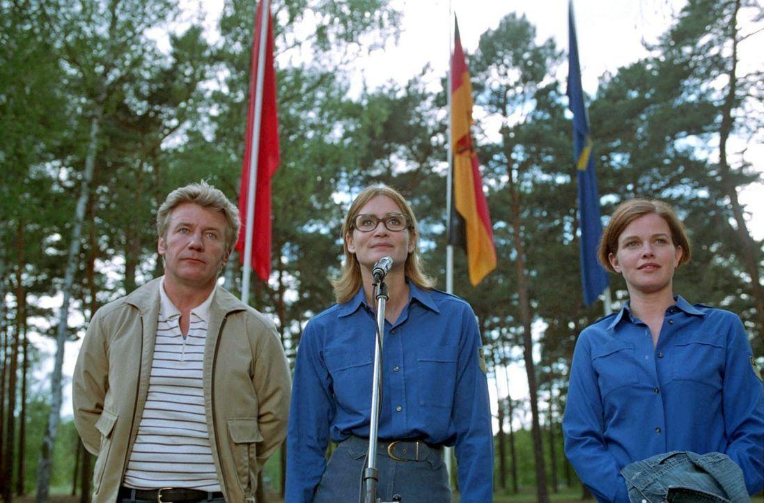 Jenny (Mira Bartuschek, r.) ist erstaunt, als sie auf einem Fahnenappell von Genossin Hartung (Anja Kling, M.) und LPG-Chef Bieske (Jörg Schüttauf... - Bildquelle: Aki Pfeiffer Sat.1