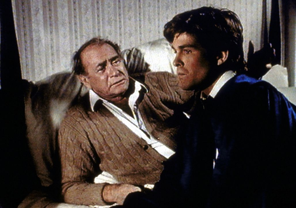 Im Traum erkennt Hale (Darren McGavin, l.), was er bei seinem Sohn Louis für Fehler begangen hat. - Bildquelle: Worldvision Enterprises, Inc.