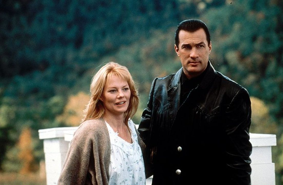 Eine der Wenigen, die Jacks (Steven Seagal, r.) nette Seite kennenlernen dürfen: Sarah Kellogg (Marg Helgenberger, l.) ... - Bildquelle: Warner Bros. Entertainment Inc.