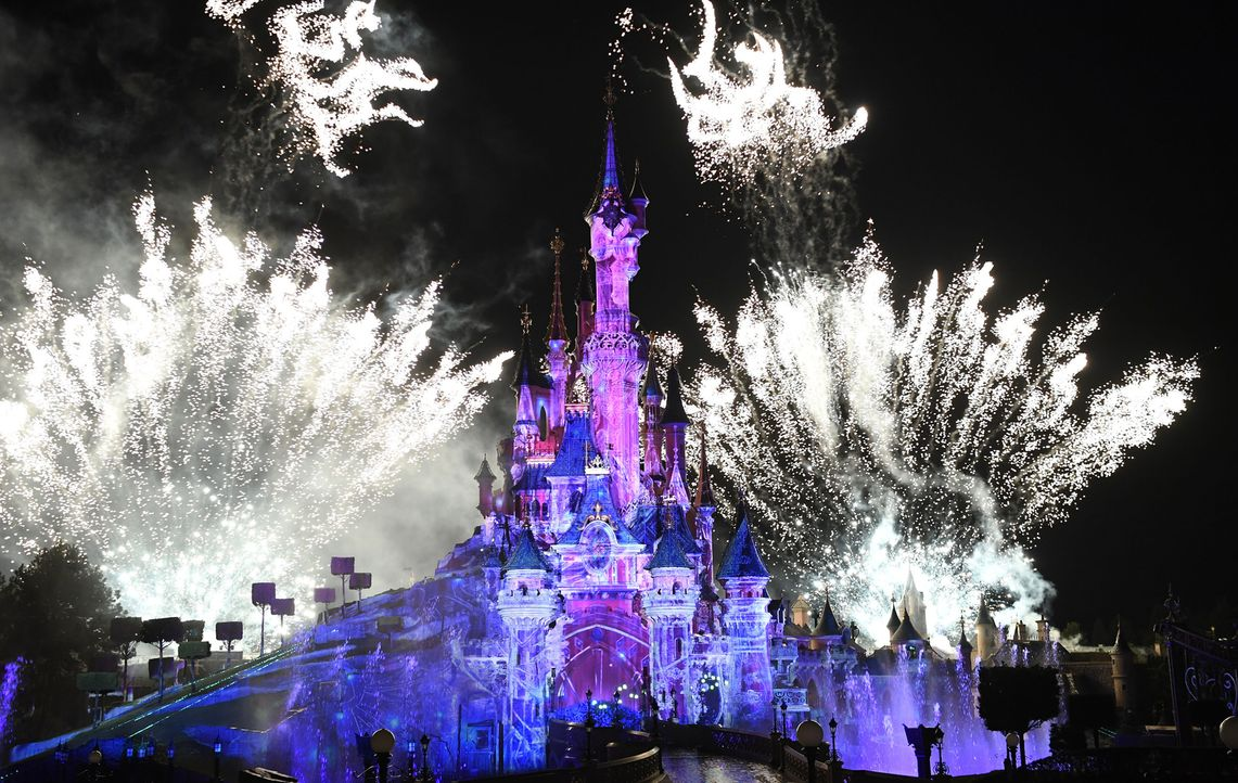 Freizeitparks wie das Disnley Paris (Foto) investieren mit hunderten Millionen Euro im Jahr die größten Summen in neue Fahrgeschäfte oder Bauprojekt... - Bildquelle: Disney