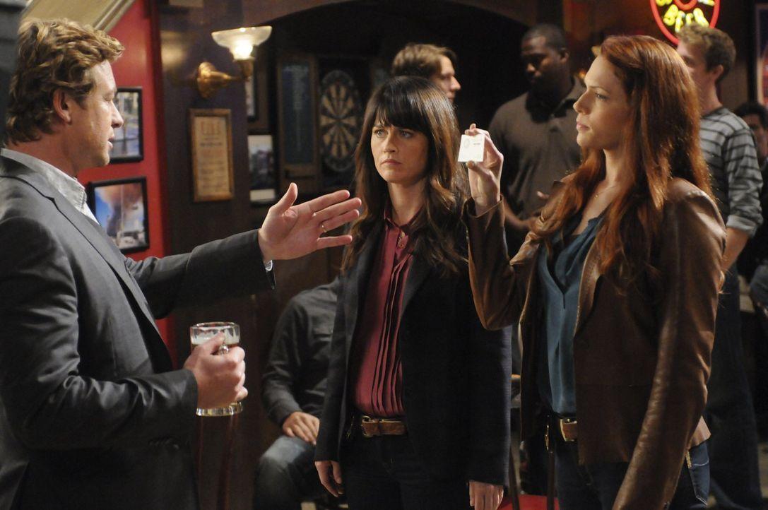 Grace (Amanda Righetti, r.) und Teresa (Robin Tunney, M.) machen sich große Sorgen um Patrick (Simon Baker, l.), der nach einem Angriff auf ihn sein... - Bildquelle: Warner Brothers