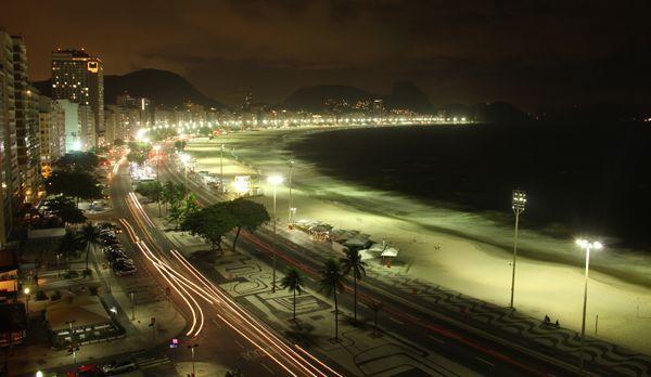 Die Avenida Atlantica bei Nacht - Bildquelle: kabel eins