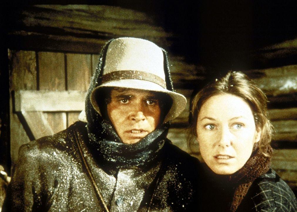 Charles (Michael Landon, l.) und seine Frau Caroline (Karen Grassle, r.) beobachten, wie der Marshall den gesuchten Sioux Jack mit einer Waffe bedro... - Bildquelle: Worldvision
