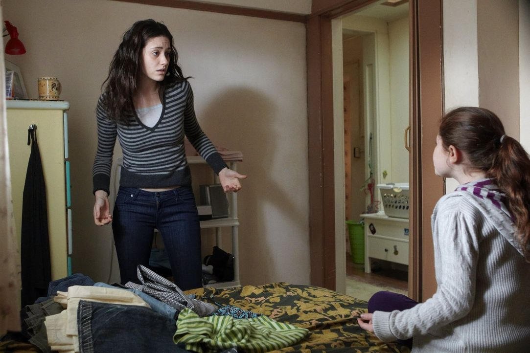 Die reichen Kinder sehen andauernd auf Debbie (Emma Kenney, r.) herab, jetzt muss Fiona (Emmy Rossum, l.) mit deren Müttern klarkommen ... - Bildquelle: 2010 Warner Brothers