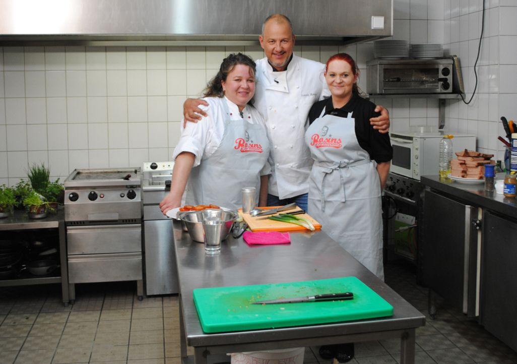 Frank Rosin (M.) ist die letzte Hoffnung von Sabine Reichenberger (l.) und ihrer Küchenhilfe Bianca (r.) ... - Bildquelle: kabel eins