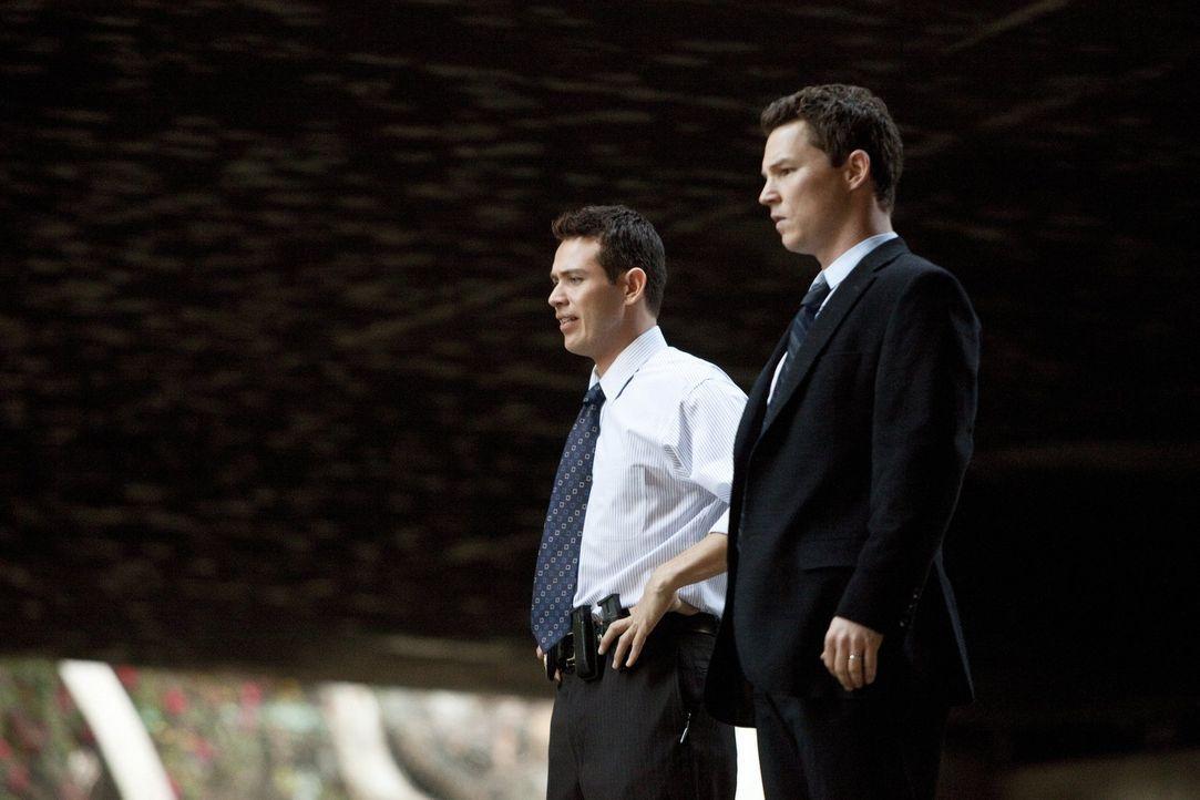 Können Nate (Kevin Alejandro, l.) und Sammy (Shawn Hatosy, r.) den Bandenmord aufklären? - Bildquelle: Warner Brothers