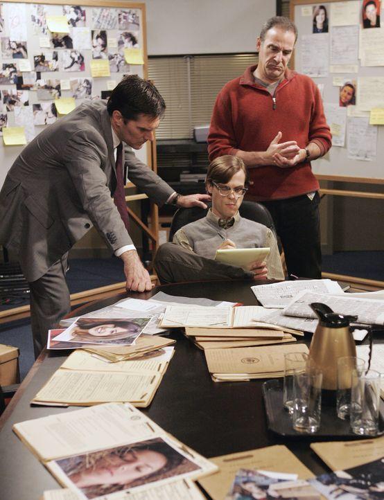 Suchen nach Hinweisen, damit sie den Mill Creek-Killer stellen können: Hotch (Thomas Gibson, l.), Reid (Matthew Gray Gubler, M.) und Gideon (Mandy... - Bildquelle: Touchstone Television