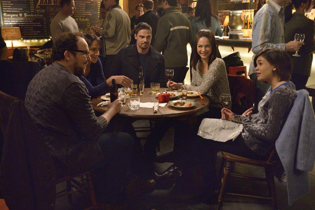 Ist die Auseinandersetzung mit Liam wirklich vorbei? (v.l.n.r.) JT (Austin Basis), Tess (Nina Lisandrello), Vincent (Jay Ryan), Cat (Kristin Kreuk)... - Bildquelle: Ben Mark Holzberg 2015 The CW Network, LLC. All rights reserved.