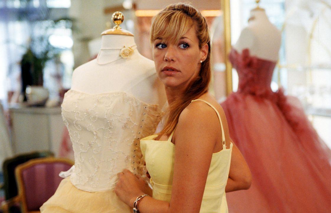 Kaum wird Brautmodenverkäuferin Esther (Alexandra Neldel) romantisch umgarnt, ist es um ihre guten Vorsätze geschehen - und sie wird schwach. Da s... - Bildquelle: Rieger / Klick ProSieben