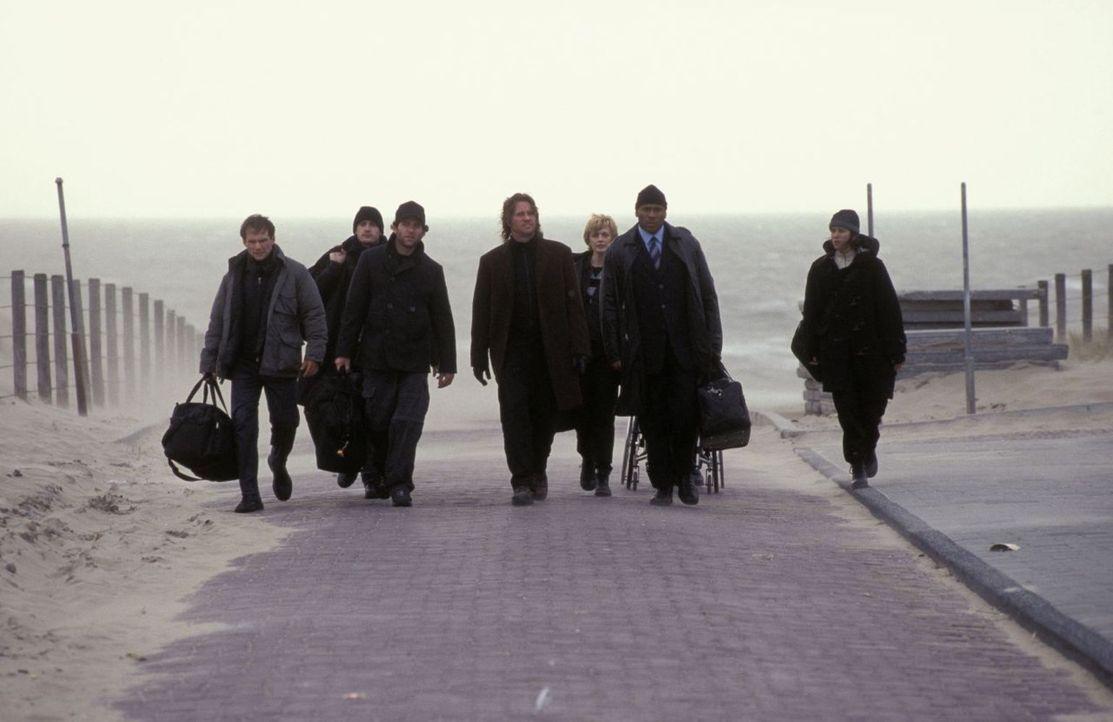 Harris (Val Kilmer, M.) trainiert junge Agenten für das FBI. Zusammen mit dem erfahrenen Cop Gabe Jenkins (LL Cool J, 2.v.r.) schickt er sein Team a... - Bildquelle: Tobis Film