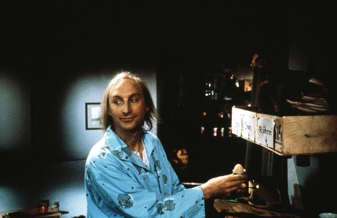Friesische Idylle: Otto (Otto Waalkes) wohnt in einem alleinstehenden, gelb-rot gestreiften Leuchtturm. Sein Geld verdient er sich mal als Friesenf - Bildquelle: Rialto Film
