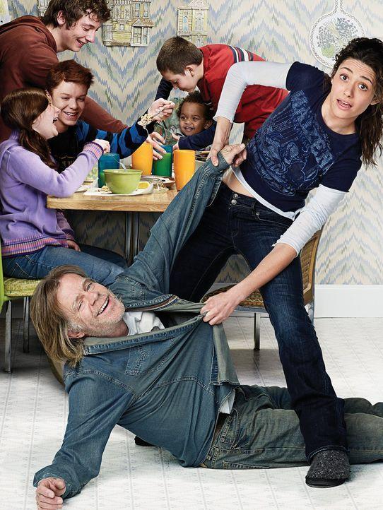 (1. Staffel) - Frank (William H. Macy, vorne l.), Fiona (Emmy Rossum, vorne r.), Liam (Blake/ Brennan Johnson, 2.v.r. hinten), Debbie (Emma Kenney,... - Bildquelle: 2010 Warner Brothers