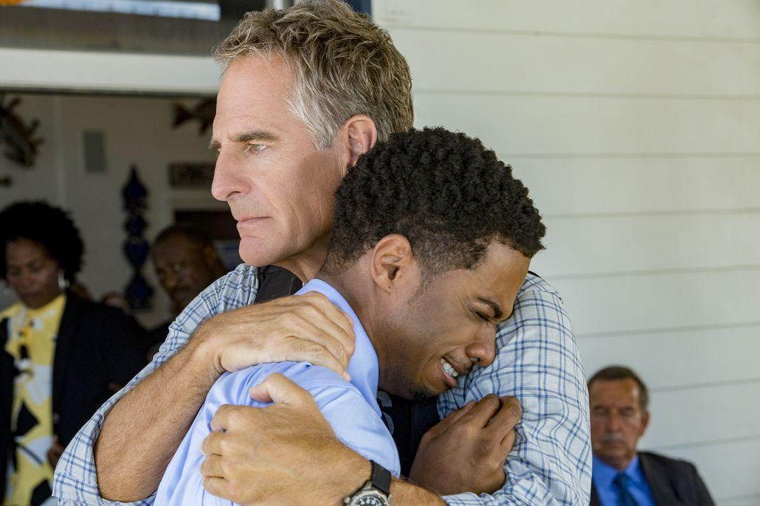 Ein mitfühlender Pride (Scott Bakula, r.) tröstet Mason (Dalpre Grayer, l.), nachdem ein Kandidat der Navy Spezialeinheit kurz vor seinem Abschluss... - Bildquelle: Skip Bolen 2016 CBS Broadcasting, Inc. All Rights Reserved / Skip Bolen