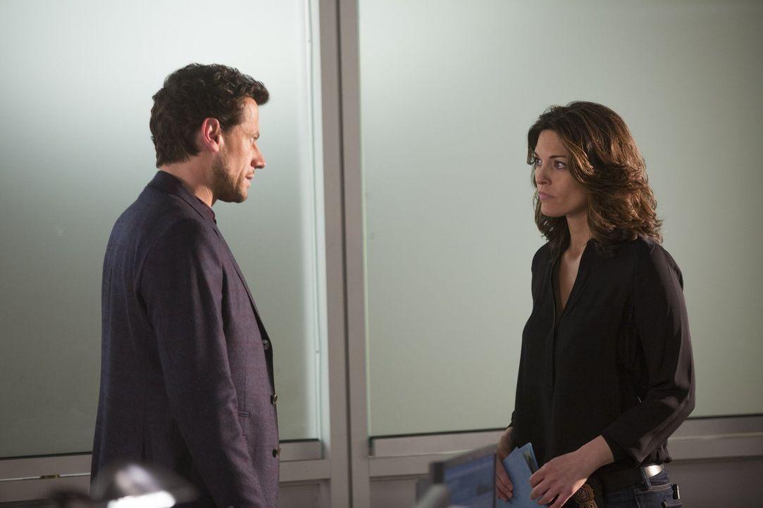 Weil der eigentliche Grund für die Ermittlungen heikel ist, müssen Jo (Alana De La Garza, r.) und Henry (Ioan Gruffudd, l.) versteckt arbeiten ... - Bildquelle: Warner Bros. Television