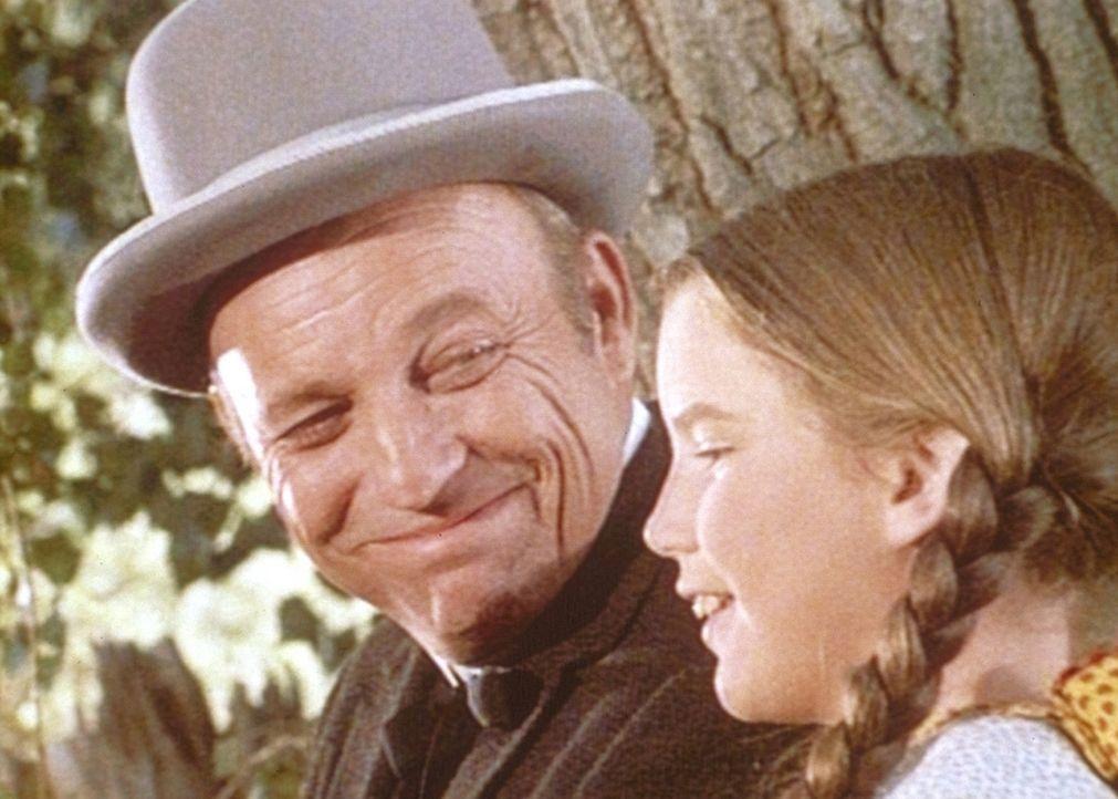 Laura (Melissa Gilbert, r.) freundet sich mit dem Bankier (Ted Gehring, l.) der Stadt an. - Bildquelle: Worldvision