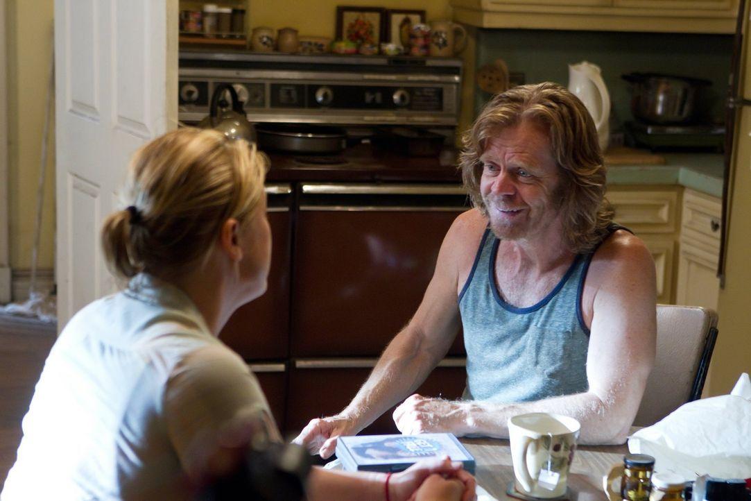 Wagt Frank (William H. Macy, r.) tatsächlich den Schritt, die kranke Dottie (Molly Price, l.) nur wegen ihrer Rente zu heiraten? - Bildquelle: 2010 Warner Brothers