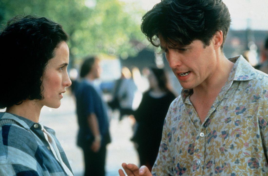 Seit Jahren verlieren sich Charles (Hugh Grant, r.) und Carrie (Andie MacDowell, l.) regelmäßig aus den Augen, um sich dann im Getümmel diverser... - Bildquelle: Gramercy Pictures