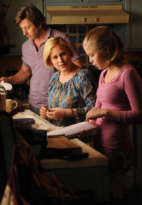 Allison (Patricia Arquette, M.) und Joe (Jake Weber, l.) machen sich große Sorgen um ihre Tochter Ariel (Sofia Vassilieva, r.), die ein schreckliche... - Bildquelle: Paramount Network Television