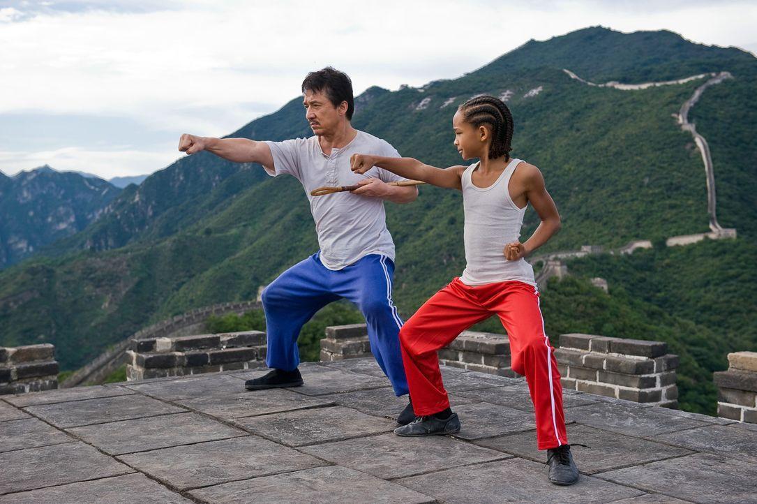 Schon bald bringt Mr. Han (Jackie Chan, l.) seinem Zögling Dre (Jaden Smith, r.) nicht nur das traditionelle chinesische Kung Fu bei, sondern erteil... - Bildquelle: 2010 CPT Holdings, Inc. All Rights Reserved.