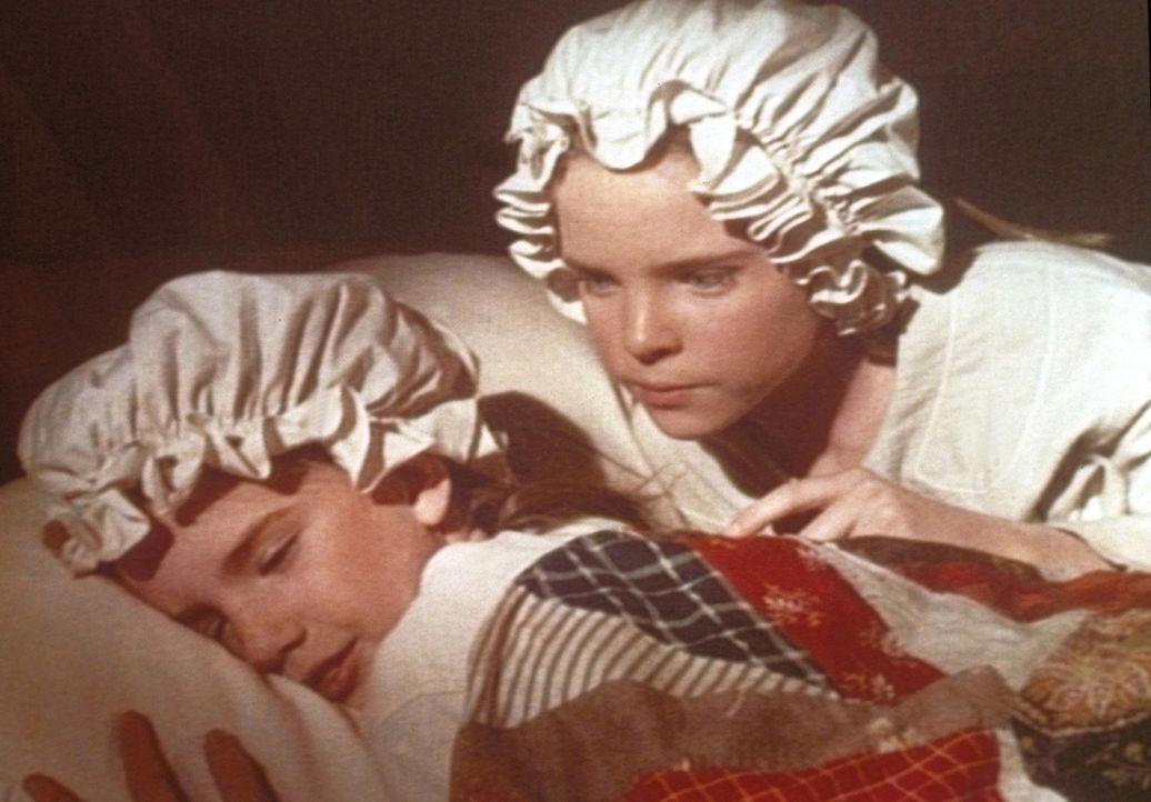 Vergeblich versucht Mary (Melissa Sue Anderson, r.), ihre Schwester Laura (Melissa Gilbert, l.) zu wecken. - Bildquelle: Worldvision