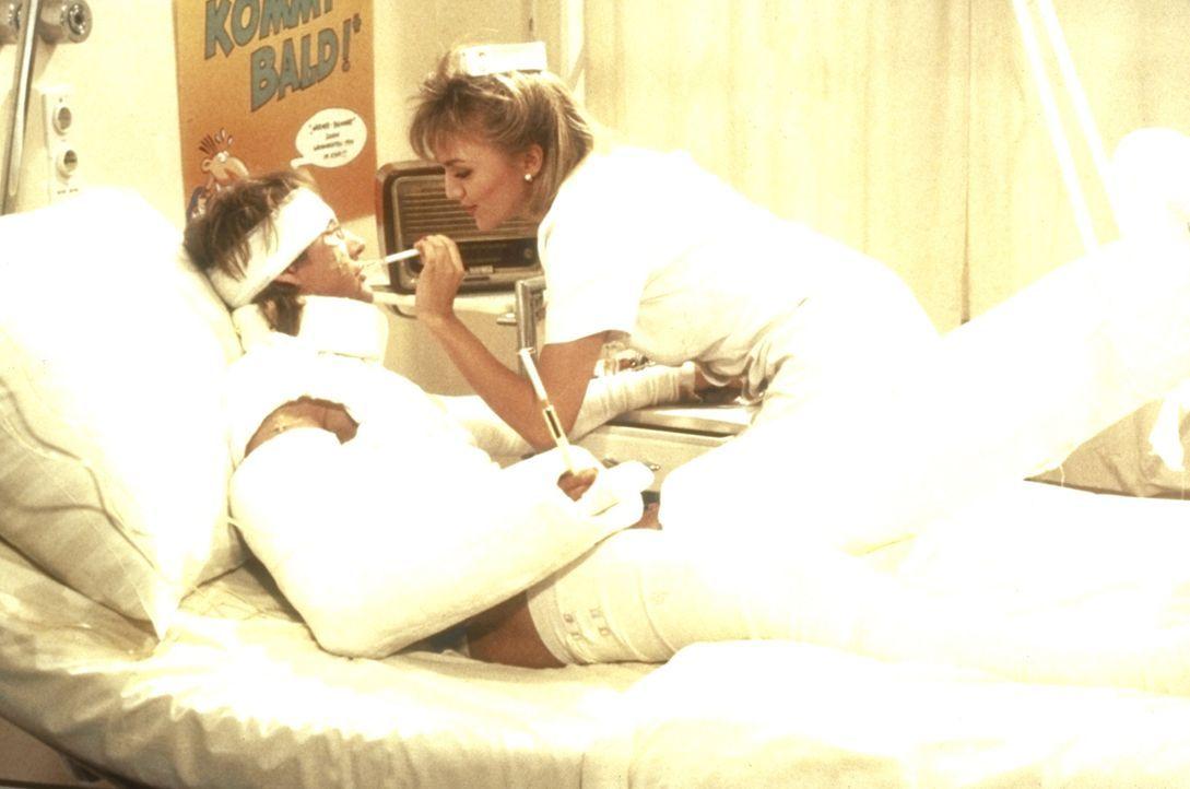 Brösel (Roetger Feldmann) hat Glück im Unglück: Er ist voll und ganz der schönen Krankenschwester ausgeliefert. - Bildquelle: Constantin Film