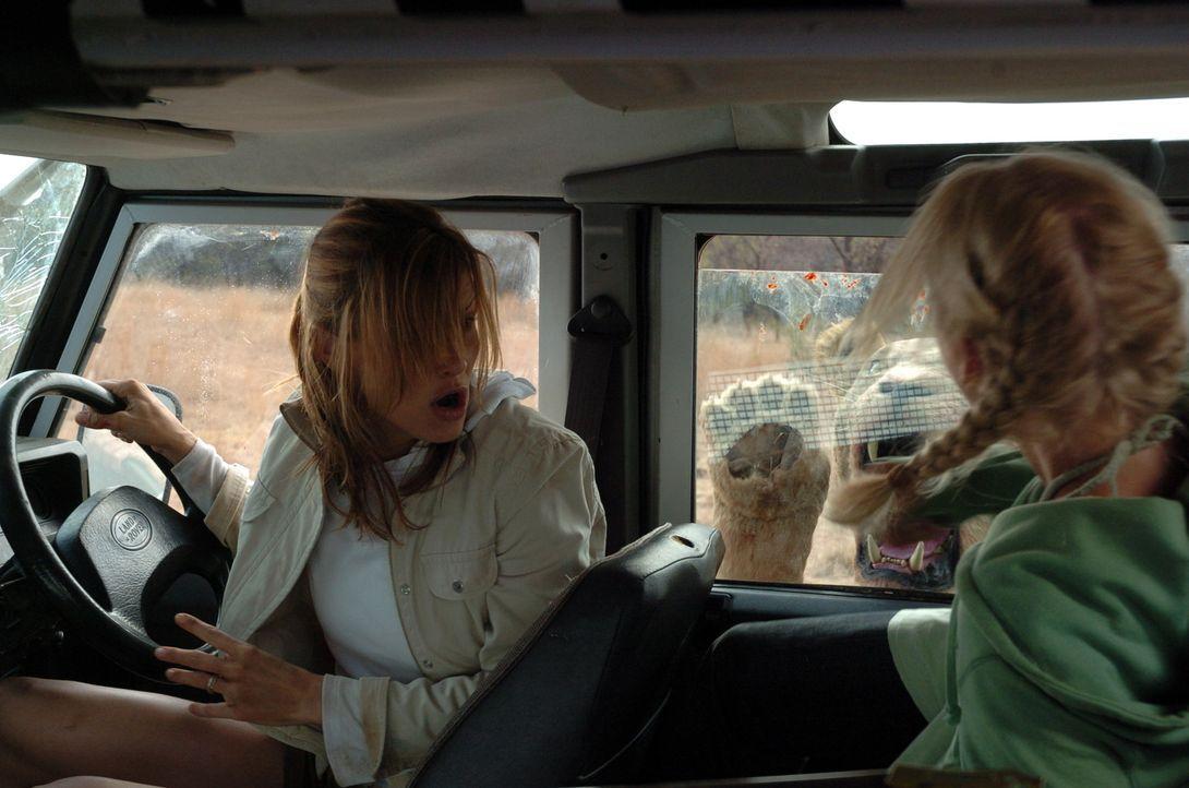 Mitten in der Wildnis Tansanias sehen sich Amy (Bridget Moynahan, l.) und ihre Stiefkinder (Carly Schroeder, r.) von einem Rudel äußerst hungriger L...