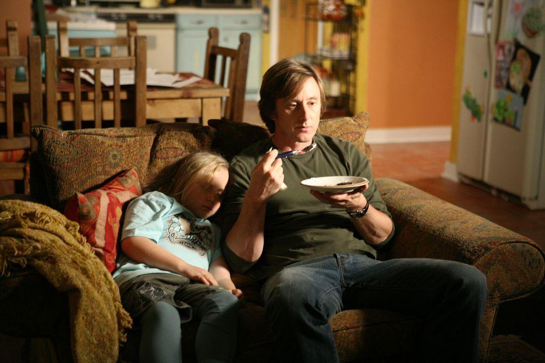 Bridgette (Maria Lark, l.) schläft selig an der Seite ihres Vaters (Jake Weber, r.) ... - Bildquelle: Paramount Network Television