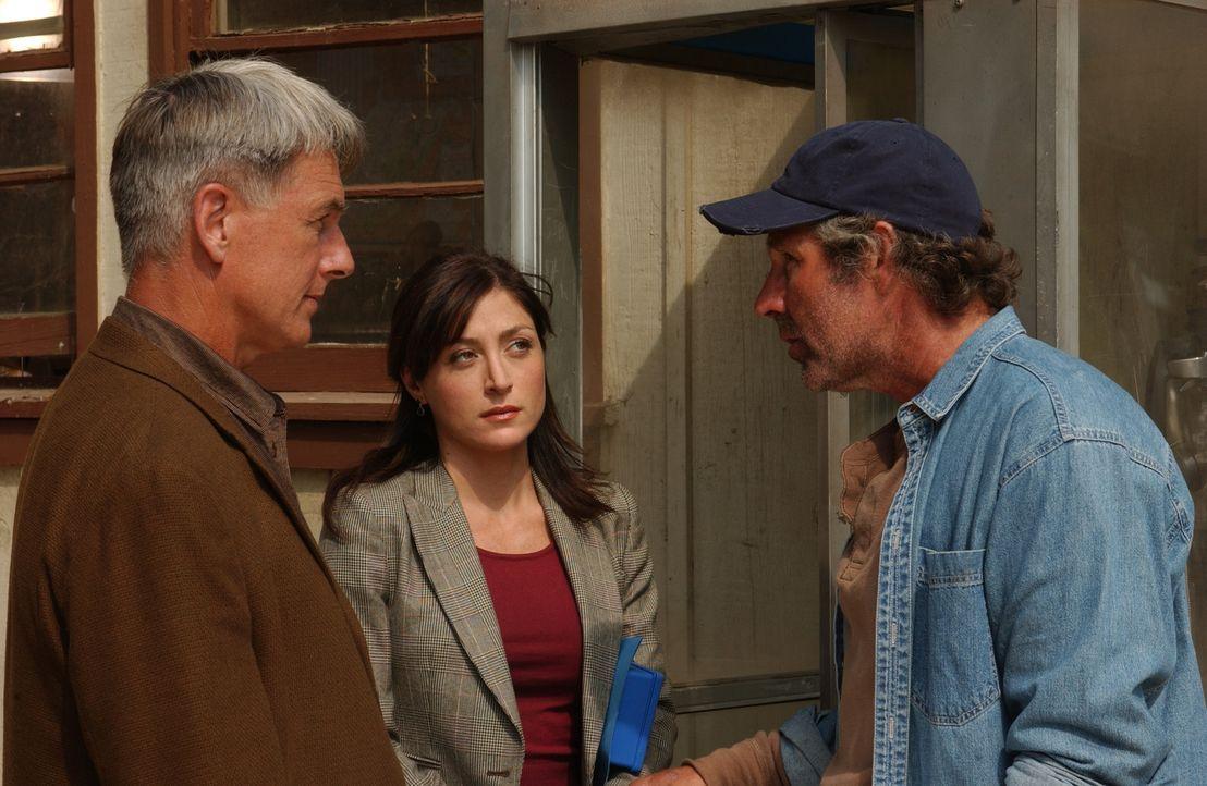 Versuchen von Ritt Everett (Timothy Bottoms, r.) etwas über den Vorfall im Maisfeld herauszubekommen: Gibbs (Mark Harmon, l.) und Kate (Sasha Alexan... - Bildquelle: CBS Television