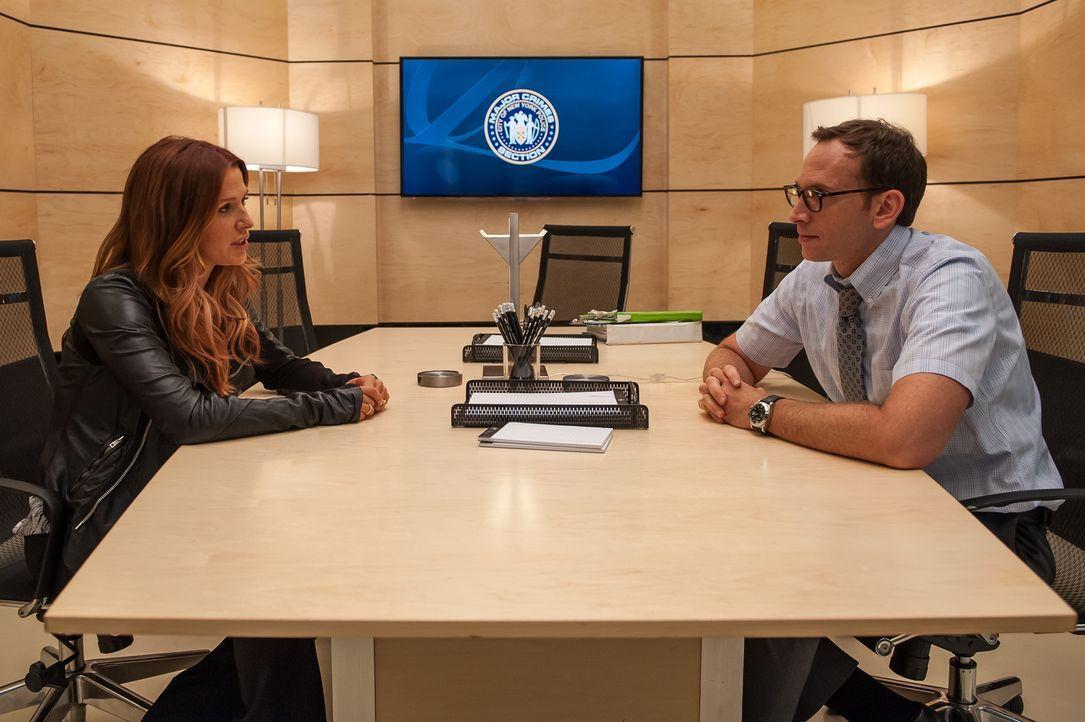 Carrie (Poppy Montgomery, l.) hofft, bei den Ermittlungen in einem Mordfall Hilfe von Dale Parsons (Stephen Kunken, r.) zu bekommen ... - Bildquelle: 2013 Sony Pictures Television Inc. All Rights Reserved.
