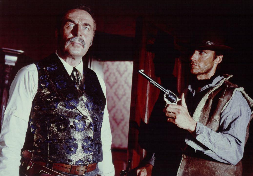 Joe (Clint Eastwood, r.) verschafft sich mit seiner Pistole den nötigen Respekt. - Bildquelle: United Artists