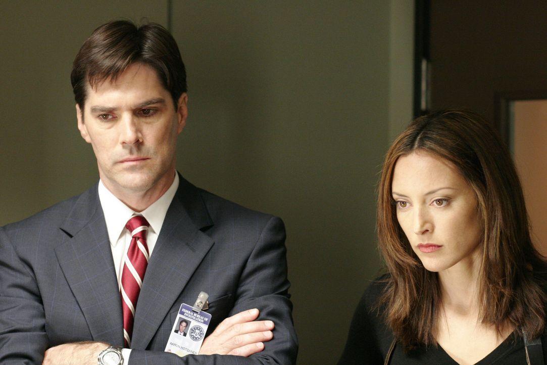 Noch tappen Agent Aaron Hotchner (Thomas Gibson, l.) und Agentin Elle Greenway (Lola Glaudini, r.) im Dunkeln ... - Bildquelle: Touchstone Television