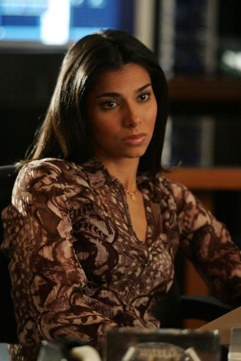 Elena Delgado (Roselyn Sanchez) glaubt nicht, dass die 17-jährige Prostituierte Dina von einem Freier entführt wurde ... - Bildquelle: Warner Bros. Entertainment Inc.