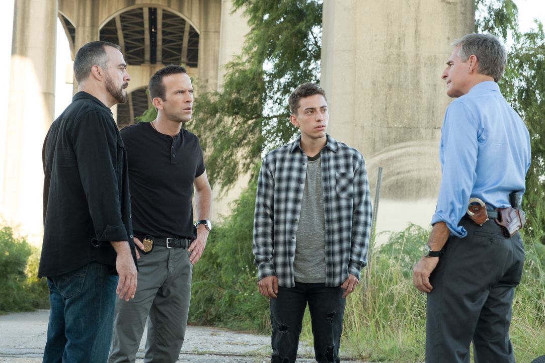 (v.l.n.r.) Officer Carter (Robert Neary); Special Agent Christopher LaSalle (Lucas Black); Mateo Diaz (Octavio Rodriguez); Special Agent Dwayne Prid... - Bildquelle: Patti Perret 2018 CBS Broadcasting, Inc. All Rights Reserved / Patti Perret