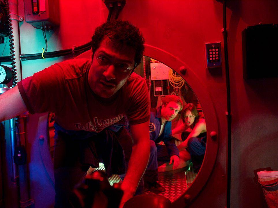 Im Wettlauf mit der Zeit: Eva (Lavinia Wilson, r.), Peter (Hubertus Grimm, M.) und Meeresbiologe Finn (Fahri Ogün Yardim, l.) tauchen in die dunkle... - Bildquelle: Gordon Timpen ProSieben