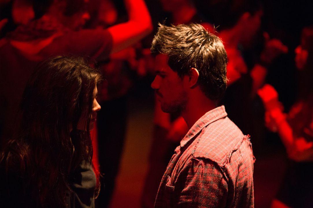 Aus einer zufälligen Begegnung entwickelt sich für Nikki (Marie Avgeropoulos, l.) und Cam (Taylor Lautner, r.) eine Liebesbeziehung, die den jungen... - Bildquelle: David Dougan 2013 Melbarken Inc / David Dougan
