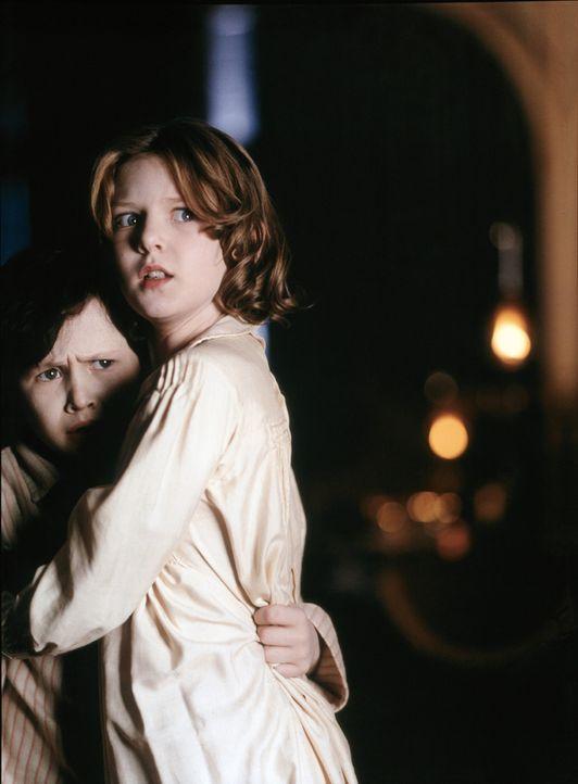 Allein mit ihrer etwas seltsamen Mutter leben Anna (Alakina Mann, r.) und Nicholas (James Bentley, l.) auf dem großen unheimlichen Anwesen auf der... - Bildquelle: Miramax Films
