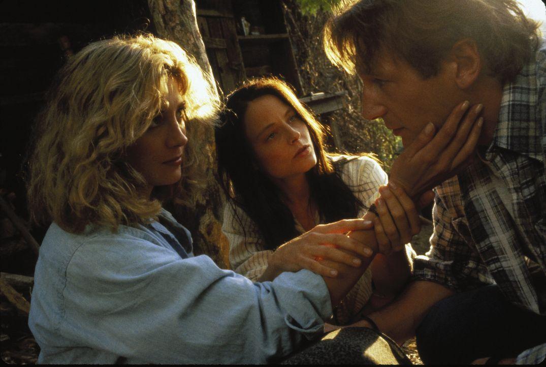 Zusammen mit der Psychologin Paula Olsen (Natasha Richardson, l.), die Nells (Jodie Foster, M.) Einlieferung in eine psychiatrische Klinik will, ver... - Bildquelle: 1994 TWENTIETH CENTURY FOX FILM CORPORATION All Rights Reserved.